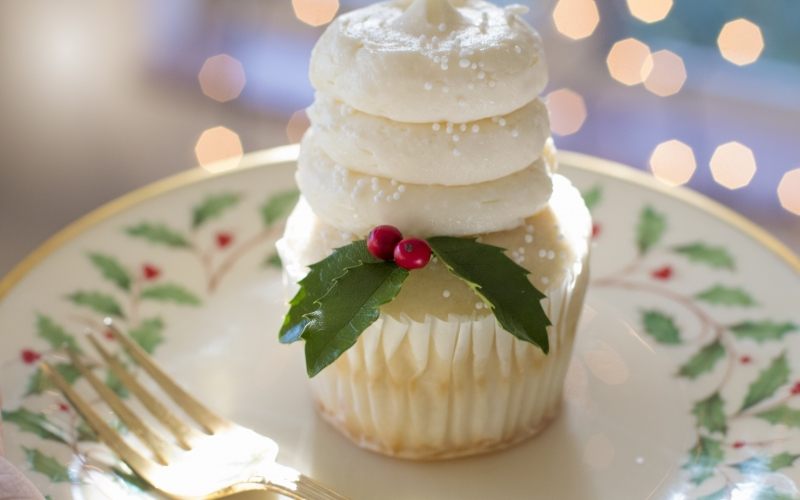 christmas table, christmas dinner, christmas, xmas, new year, holiday, celebration, festive, seasonal, cupcake, holly, food, decoration, plate, fork, event, delicious, garnished, feast, christmas plate, lunch