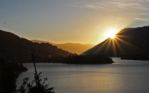 morning, sunrise, light, silhouette, lake, rays, lotr tour, queenstown, resort town, otago, new zealand, oamaru, otago, queenstown bay, lake wakatipu, lake, mountains, the remarkables, cecil peak, walter peak, ben lomond, queenstown hill